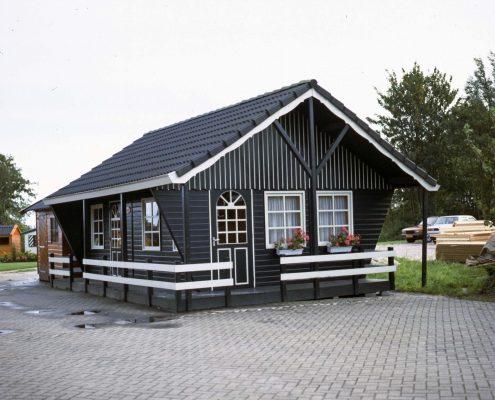 Houten recreatiehuisje met hekjes